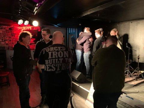 GOD STØTTE: Bandet Diesel Gorilla måtte tørke noen gledestårer da de ble møtt av stor giverglede etter den tragiske brannen i Myrvang-lokalet i Stokke.