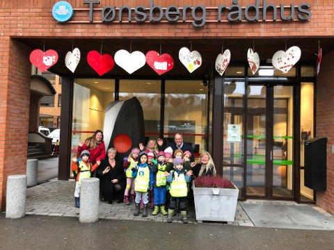 BARNS RETTIGHETER: Hjertene barnehagebarna fra Ilebrekke har hengt opp er pyntet med tekst fra FNs barnekonvensjon.