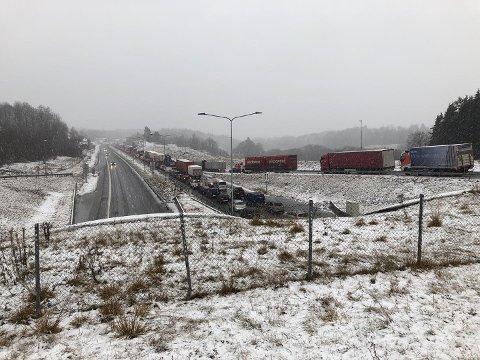 Det oppsto kilometer lange køer som følge av ulykken i Hemtunnelen på E18.