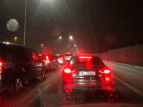 ULYKKE: Full stans i trafikken sørover etter en ulykke på E18 ved Kopstad torsdag kveld-
