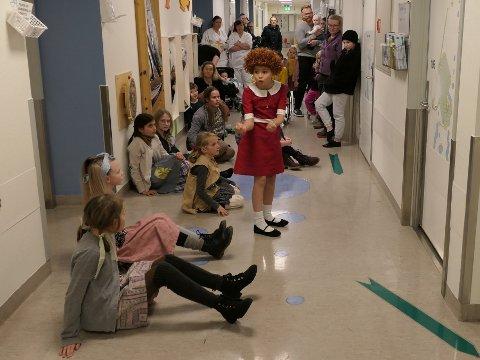 """FORESTILLINGEN I GANG: En """"Annie"""" i kortversjon ble spilt i sykehusets barneavdeling torsdag. Her med Yume-Marie Thune i hovedrollen som rødtoppen Annie."""