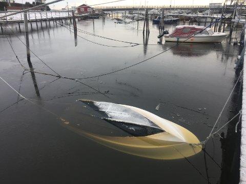 UNDER: For denne båten ved Husvik har det gått galt.