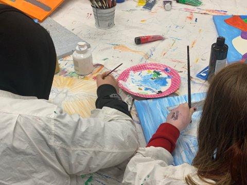 HVER MANDAG: Møtes billedterapi-gruppa på Familiehuset. Her kan ungdommen uttrykke det de føler og tenker gjennom kunst.