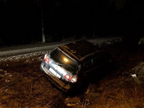 ENDTE I GRØFTA: Denne sjåføren greide ikke å holde seg på Syrbekkveien.