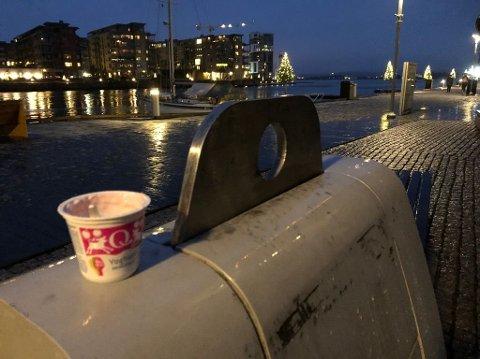 27. NOVEMBER: Noen hadde satt fra seg maten sin oppå søppelkassa.