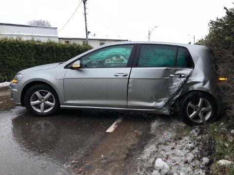 Bilen har fått skader i siden etter sammenstøtet.