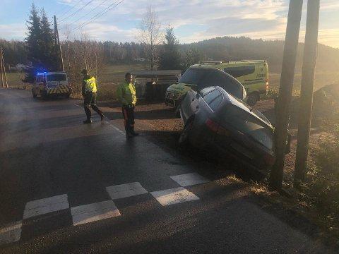 USKADD: En voksen og et barn, som var i bilen da den kjørte ut av veien, framstår uskadd. Det opplyser politiet.
