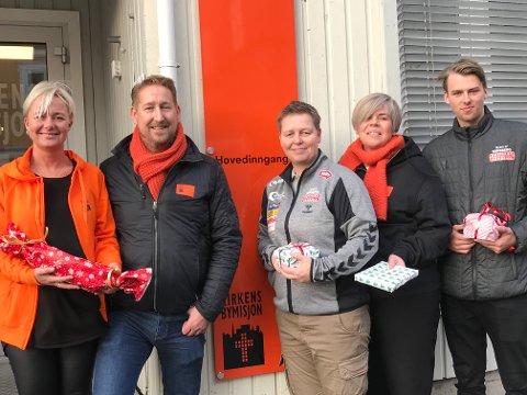 """Kirkens Bymisjon og Nøtterøy Håndball samarbeider om prosjektet """"Jul i ei pakke"""". Fra venstre Anne Guri Amundsen, Eric Laetare, Marianne Seljestad, Kristine Rydningen og Eirik Varpe."""