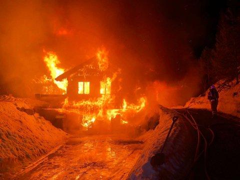 OVERTENT: Bygningen var fullstendig overtent da brannvesenet kom fram.