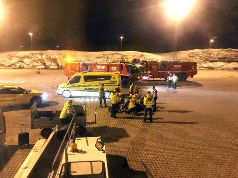 ARBEIDSULYKKE: Den skadde fikk først behandling ute på flyplassen før han ble sendt i ambulanse til sykehus i Tønsberg.