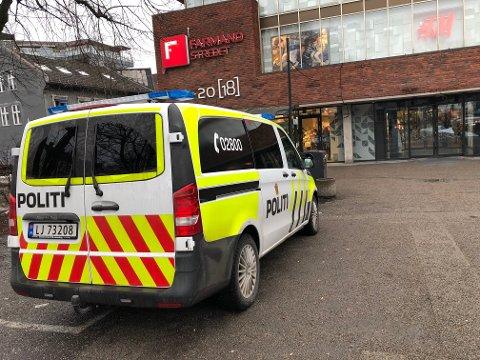 RYKKET UT: Politiet rykket ut til Vinmonopolet på Farmandstredet fredag ettermiddag.