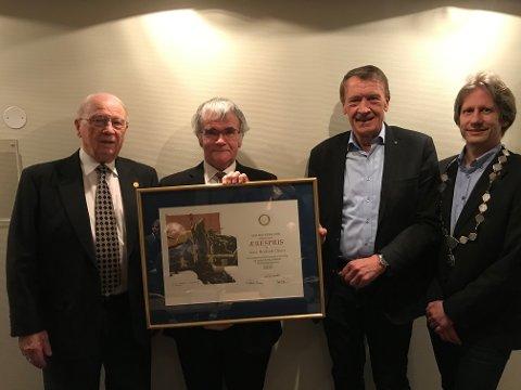 SATT PRIS PÅ: Hans Kornelius Ellefsen(fra venstre) overrakte pensjonert domkantor Arne Rodvelt Olsen Sem Rotarys ærespris. Til høyre på bildet står Just Ebbesen og president Kjell Arne Bustnes.