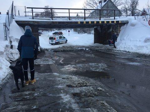 FULLT AV VANN: Her er det ikke mulig å komme forbi med bil etter bruddet på vannledningen.