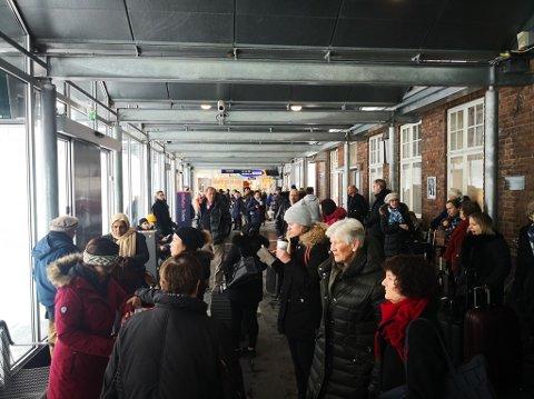 Mange står og venter på stasjonen i Tønsberg ved 12-tiden onsdag.