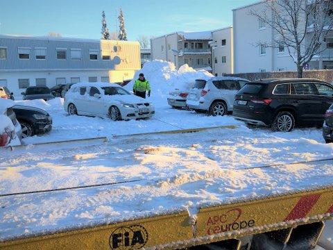 HJELP: Her får Sindre Meyer god hjelp av bilberger Vitalijus i NAF etter at bilen til Sindre sto bom fast i den løse snøen med is under på Stjerneplassen i Munkegaten.