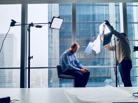 PÅ SETTET: Blant skyskraperne er regissør Fredrik Horn Akselsen på jakt etter historien om Oljefondet.