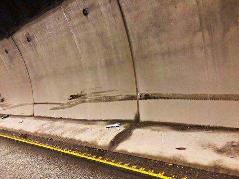 Det er tydelige merker på tunnelveggen etter sammenstøtet.