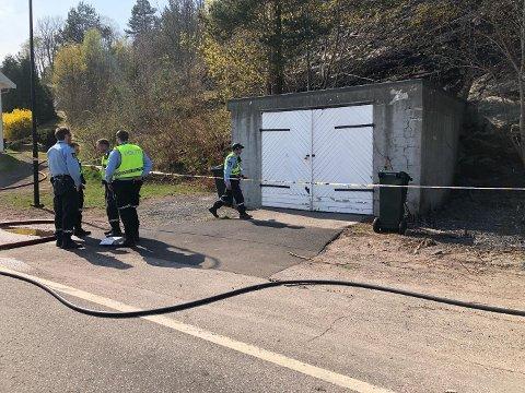 SPERRET AV: Politiet har vist interesse for området rundt denne garasjen i jakten på hvor brannen kan ha startet.