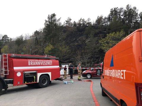 STOR JOBB: Ved 20.00-tiden drev brannvesenet fortsatt etterslokking oppe i lia.