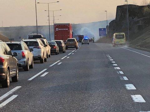 KØ: E18 er stengt sørgående retning mens nødetatene jobber med å slukke og fjerne bilen som brant.