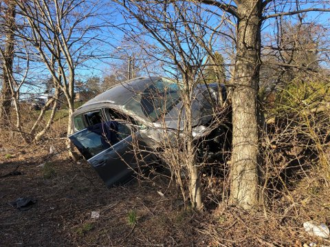 KJØRTE UT: Mannen bak rattet innrømmer å ha duppet av da bilen kjørte av veien på Nøtterøy tirsdag kveld.