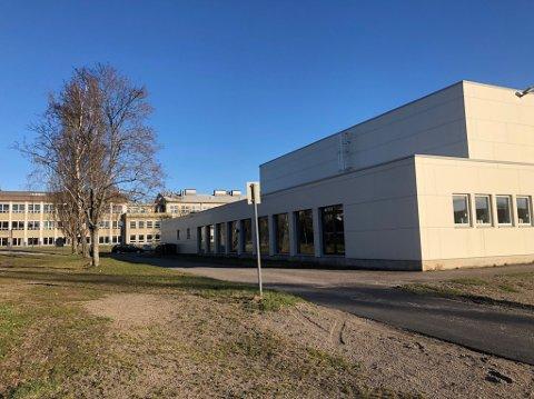 STENGT I PERIODER: Færder kommune planlegger å stenge Wilhelmsenhallen i periodene vaksineringen skal foregå. Når vaksineperioden er over og før den neste kommer, kan skoleelevene og idrettsforbundene benytte seg av hallen som normalt.