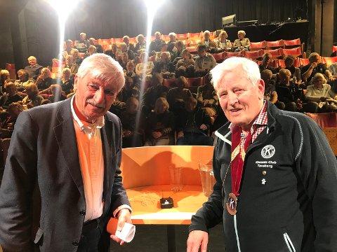 FOREDRAG: Bjørn Hansen (til venstre) og presidenten i Kiwanis Club Tønsberg, Statius Jansen, før NRK-kjendisens foredrag i Papirhuset i Tønsberg mandag kveld.
