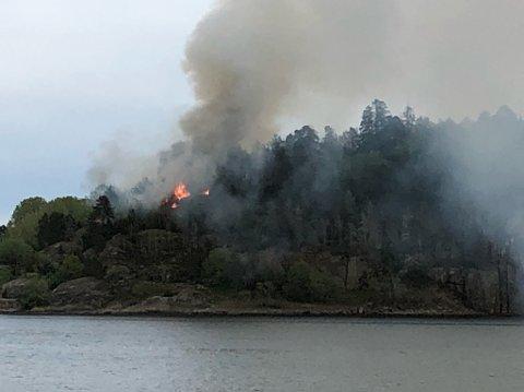 Dette bildet er tatt fra Vear-siden, der både flammer og røyk er synlig.