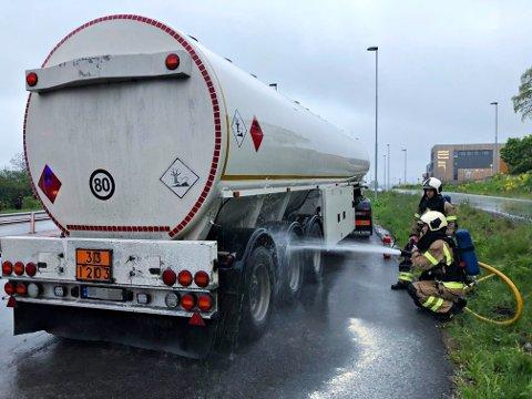 OPPHETEDE BREMSER: En tankbil fullastet med bensin og diesel tok grytidlig søndag morgen fyr ved Jarlsberglinna.