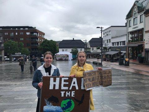 STREIKET: Emilia Elvira Lien Ora (15) og Gyda Robertsen (14) var ganske alene da de streiket for klimaet fredag.
