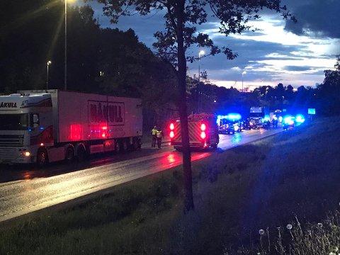 FRONTKOLLISJON: En bil og en lastebil har kollidert på Fylkesvei 19 ved avkjøringen til Langgrunn.