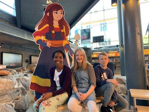 SOMMERLES: – Alle barn bør bli med, sier Hanna Sofie Bjelland Thorød (i midten). Her sammen med Dasha Imafidon  og Jonas Øye.