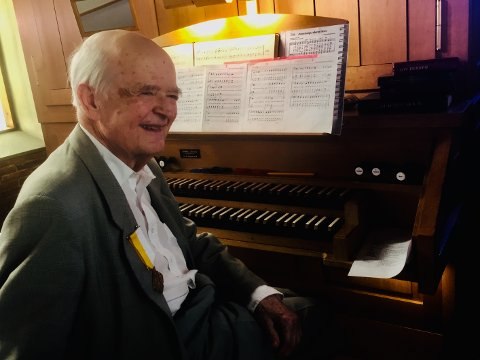 FIKK MEDALJE: Lechoslaw Bednarski blir hedret av paven for sin innsats som organist i den katolske menigheten i Tønsberg.