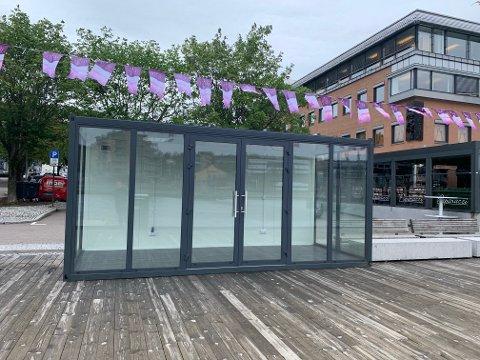STUDIO: I dette glassburet som er plassert mellom Esmeralda og Paparazzi på Brygga skal det være TV-sendinger gjennom sommeren. Startskuddet går til helgen med Færderfestivalen fredag og lørdag.