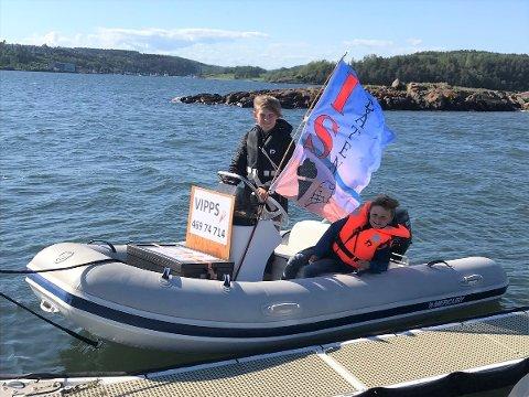 PÅ JOBB UTPÅ: Anton (11) og Fredrik (7) har laget sin egen sommerjobb, i sommer selger de is til alle som trenger å kjøle seg ned.
