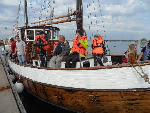 PÅ TUR: Fornøyde festivaldeltakere trakk på seg redningsvestene og fikk seg en fin liten båttur.