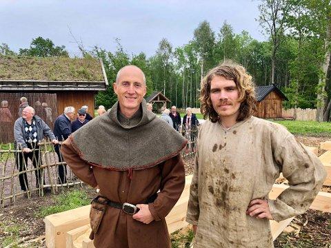 BYGGEGLEDE: – Det er ikke noe bedre sted å være lærling, sier Axel Lindstrøm (til høyre) som har tatt fagbrev som trebåtbygger med Oseberg Vikingarv som lærebedrift. Nå ser Jan Vogt Knutsen etter en ny lærling.