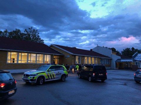 FRIVILLIGE HAR MØTT OPP: Utenfor Kirkevoll skole i Re, for å delta i leteaksjonen.