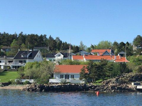 BLIR STÅENDE INNTIL VIDERE: Planen var å erstatte huset til venstre med to fritidsboliger i moderne stil.