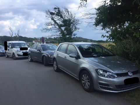 VANSKELIG Å KOMME FREM MED BRANNBIL: En rekke biler parkerer langs Moveien da det ikke er ledige parkeringplasser.