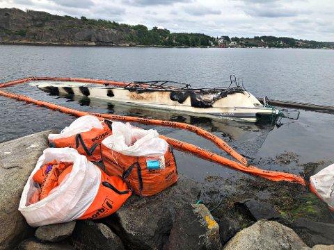 OPPRYDDING: Nye lenser er på plass for å trekke til seg diesel fra båten