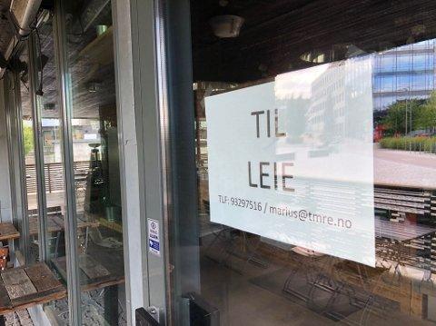 TIL LEIE: Skiltene henger fortsatt oppe, men lokalene skal nå leies ut.