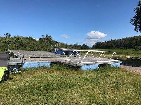 FLYTEBRYGGE: Her ligger den store badebrygga som vanligvis ligger i vannet på Karlsvika.