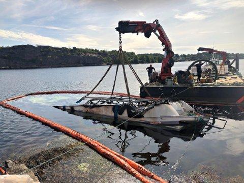HEVES: Båten som brant på Tjøme mandag kveld ble hevet fra vannet torsdag formiddag.