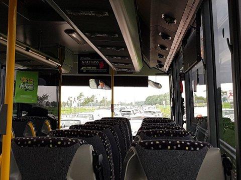 Tomme seter i bussen og masse kø av biler