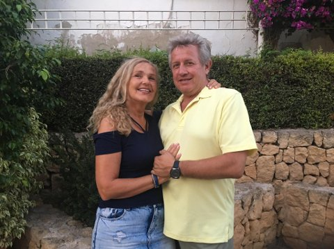 ISOLERT I SPANIA: Marianne og Pablo Sbertoli er glad for hver friske dag de får. Nå er de isolert i Spania og handler på butikken med hansker og maske.