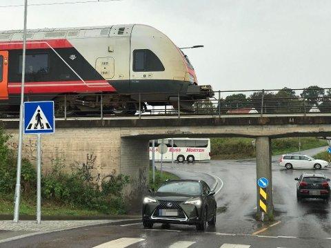 HER STÅR DET: En avreven kabel er årsaken til at toget står ved Hasle. Foto: Per Langevei