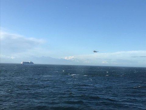 ØVELSE: Her nærmer redningshelikopteret seg et cruiseskip utenfor Færder fyr, men Tønsbergs Blad har så langt ikke fått bekreftet om skipet er en del av øvelsen.