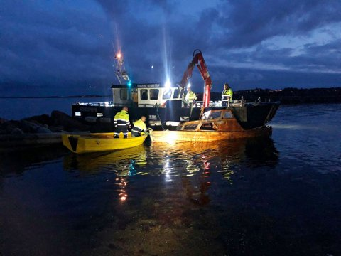 KARLSVIKA: Med hjelp fra Tønsberg havnevesen fikk brannvesenet heist opp en etterlatt snekke.