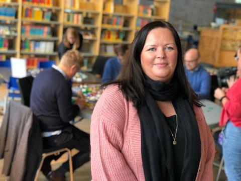 ØNSKER VELKOMMEN: Camilla Mobakk, prosjektansvarlig i Tønsberg sentrum, ønsker alle velkommen til å bygge lego på biblioteket. Er man mellom tre og tolv år gammel, kan man også delta i konkurranse.